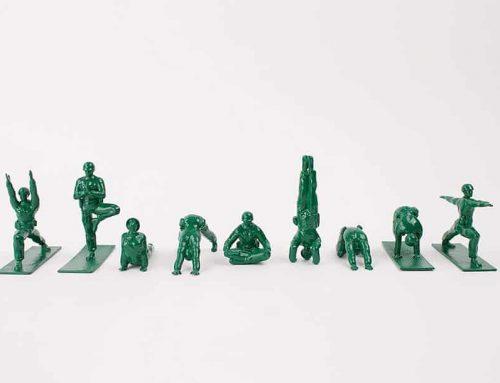 Grüner Armee Soldat macht Yoga